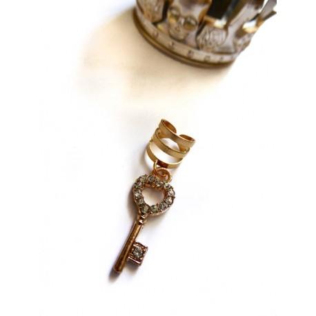 Bague d'oreille métal doré avec un pendentif Clef Strass