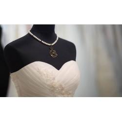 """Collier perles crème couleur bronze pendentif Alice aux pays des Merveilles et lapin """"Alice 9"""""""