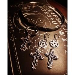 Boucles d'oreilles argentées goth croix 666