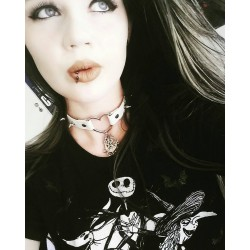 """Collier argenté coeur blanc Spike witch """"Wicca"""""""