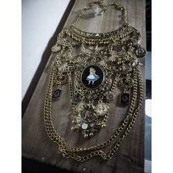 Collier maxi plastron bronze doré lune camée Alice au pays des merveilles